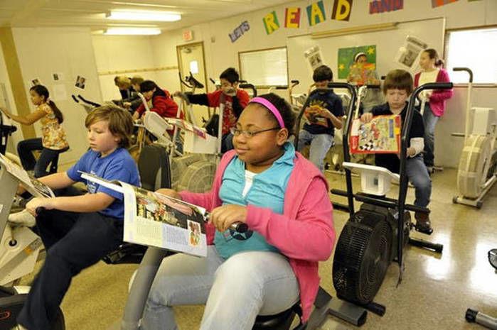 Alunos em concentração durante leitura