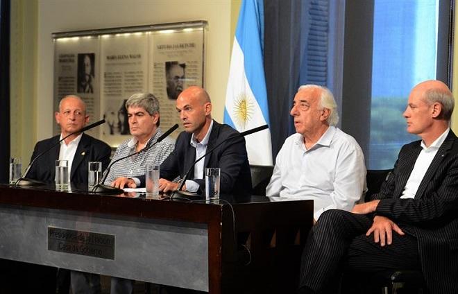 Ministro Guillermo Dietrich (no centro) anuncia reajuste das tarifas dos coletivos  (Crédito: Divulgação)