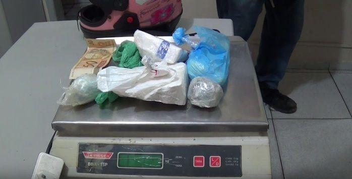 Drogas e balança foi encontrado com casal (Crédito: Reprodução/TV Meio Norte)