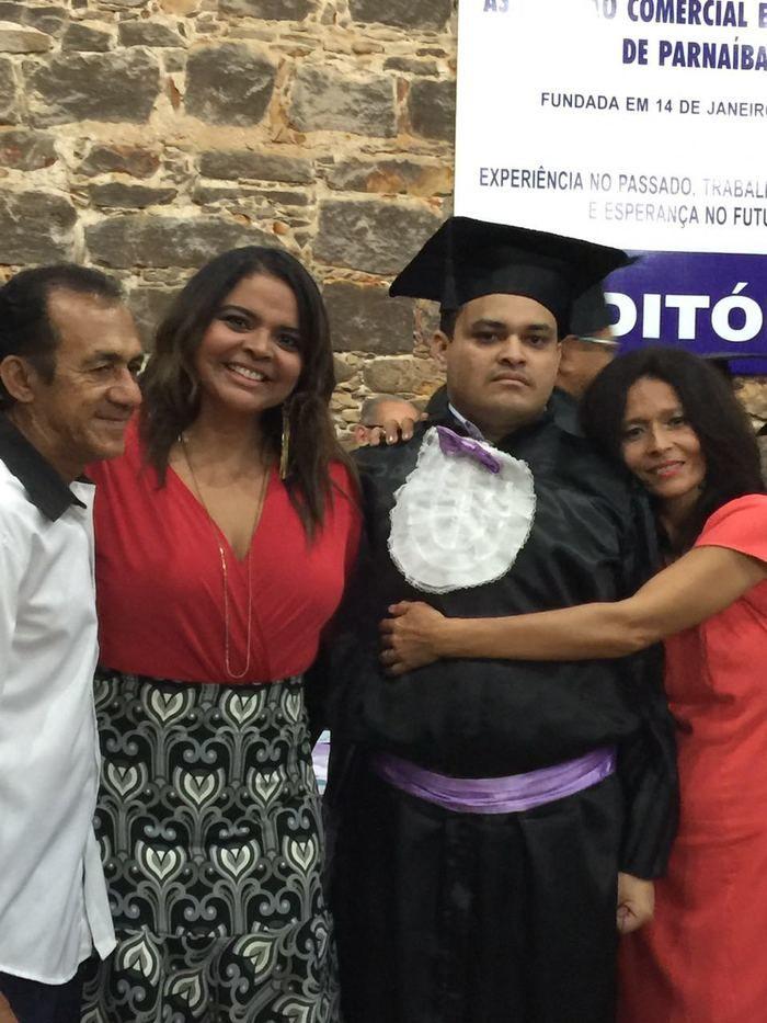 Maia Veloso com a família do estudante (Crédito: Reprodução)