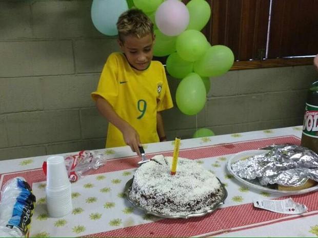 PMs fazem festa surpresa para garoto que nunca celebrou aniversário (Crédito: Reprodução)