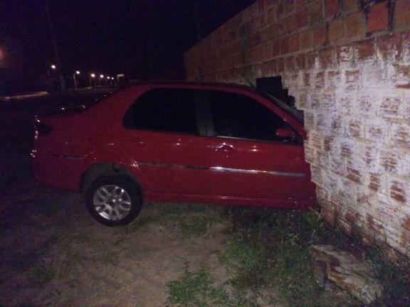 Motorista perde controle e invade parece  (Crédito: Divulgação)