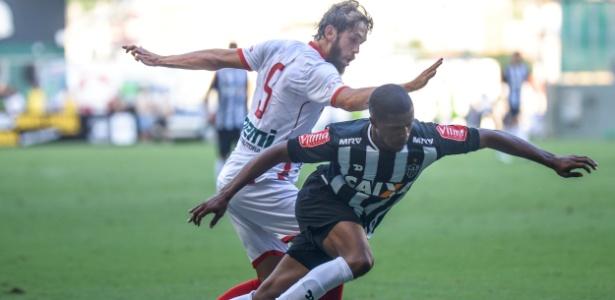 Jogadores do Atlético-MG e do Tricordiano disputam bola no Campeonato Mineiro (Crédito: Estadão)