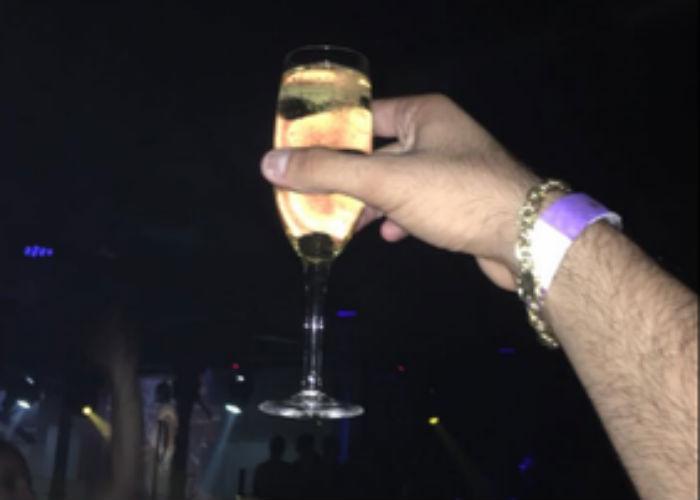 Henrique Muniz brinda com taça de champanhe (Crédito: Reprodução/ Facebook )