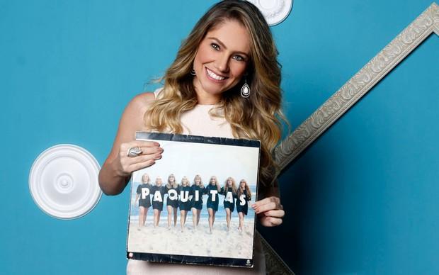 Juliana posa com um dos discos lançado pelo grupo Paquitas (Crédito: Ego)