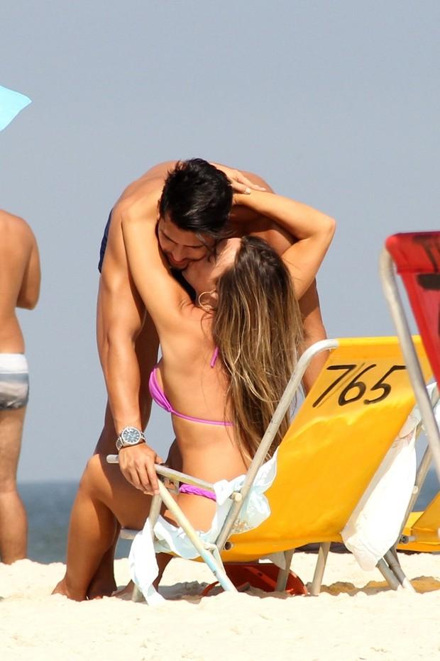 Nicole curte praia com namorado (Crédito: Ag News)
