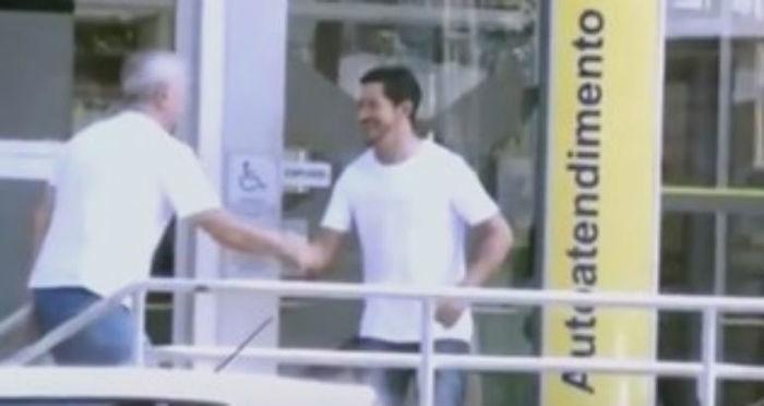 Homem esperou dono do dinheiro em frente ao banco para devolvê-lo