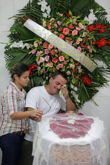Irmão chora no velório de Jaime (Crédito: Extra)