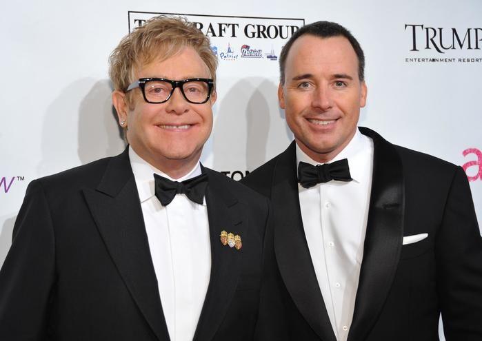 Elton John e David Furnish (Crédito: Reprodução)