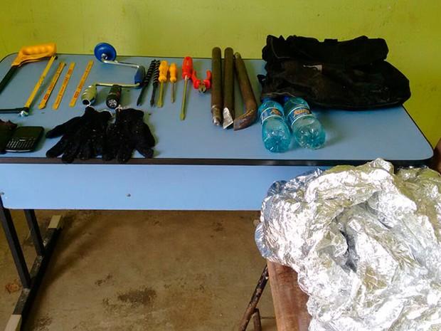 A polícia apreendeu os equipamentos usados para arrombar a janela dos Correios