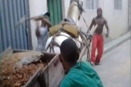 Carroceiro espanca cavalo e revolta moradores em Belo Horizonte (Crédito: Reprodução)