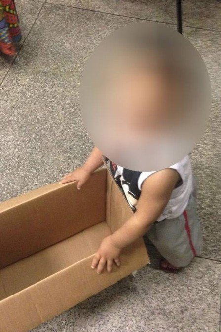 Criança abandonada shopping (Crédito: Reprodução)