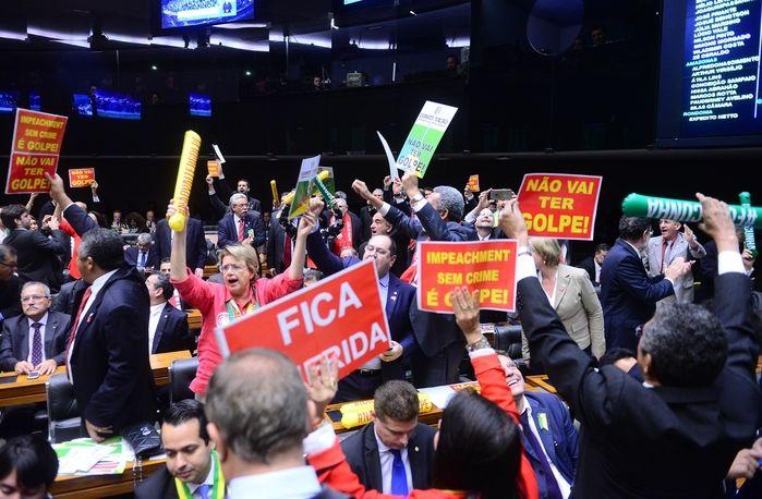 Cartazes em sessão (Crédito: Nilson Bastian / Câmara dos Deputados)