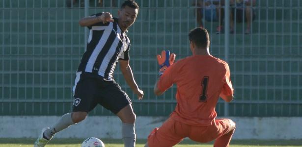 O Botafogo entrou em campo neste domingo para visitar o Boavista já garantido na semifinal do Campeonato Carioca, mas ainda tinha chance de avançar em segundo lugar e conquistar a vantagem do empate na próxima fase. Apesar da vitória por 1 a 0, não foi o que aconteceu.  O resultado deixou o time comandado por Ricardo Gomes com 14 pontos. A pontuação é a mesma do Fluminense, mas o rival ficou em vantagem e terminou com a segunda posição por ter superioridade nos saldo de gols: 7 a 4. O líder foi o Vasco, com 17 pontos.   O gol que definiu o resultado foi marcado pela revelação Leandrinho, meia de 19 anos que saiu do banco no segundo tempo e balançou as redes pela primeira vez como profissional.   O Botafogo terá como adversário na semifinal do Campeonato Carioca o Fluminense, mas agora volta as atenções para a Copa do Brasil. Na quinta-feira, receberá a visita do Coruripe. Na partida de ida, venceu por 1 a 0. (Crédito: Reprodução)
