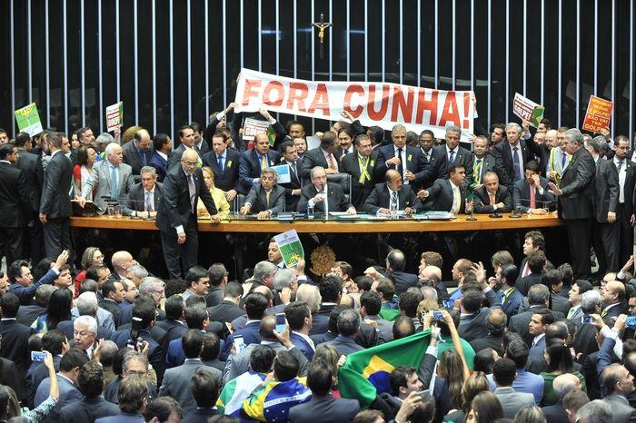 Deputados exibiram a faixa 'Fora Cunha' (Crédito: J.Batista/Câmara dos Deputados)