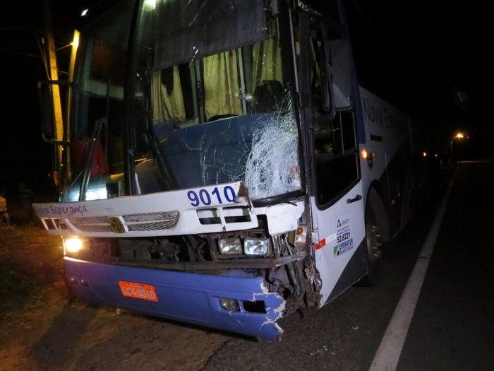 Ônibus ficou parcialmente destruído