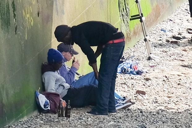 Filho de Madonna, fuma e bebe com amigos embaixo deponte em Londres (Crédito: Reprodução)