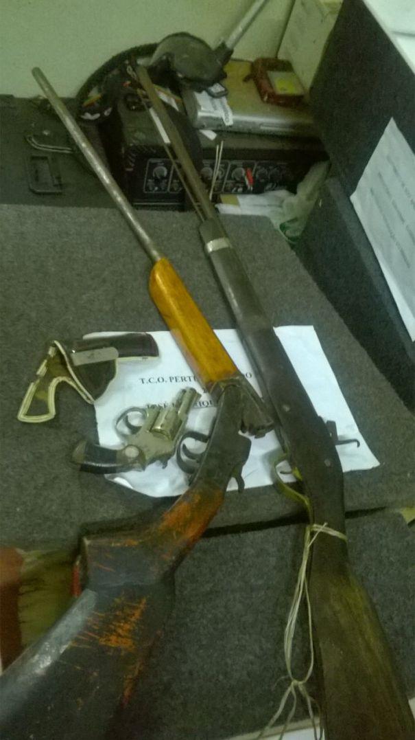 Armas de posse do acusado (Crédito: Reprodução)