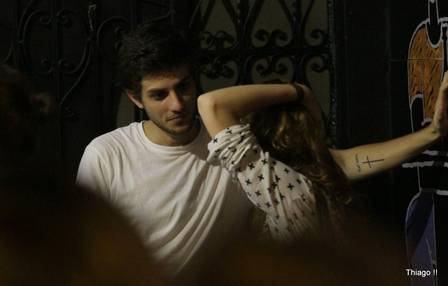 Chay Suede bate papo em bar