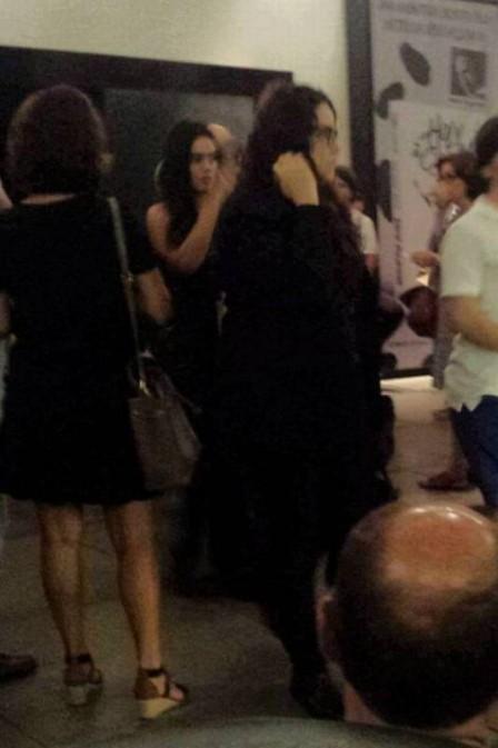 Ana Carolina e Letícia Lima são vistas deixando cinema