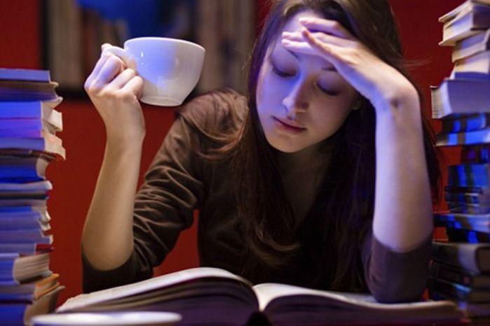 Estudar na madrugada ou dormir? (Crédito: Reprodução)