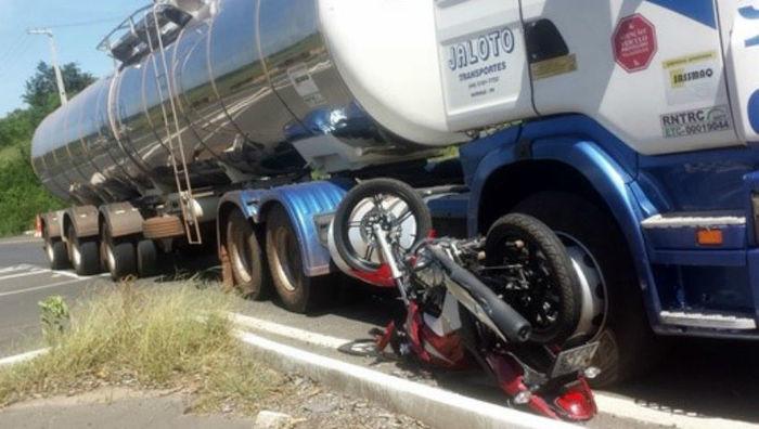Scania colidiu com motocicleta