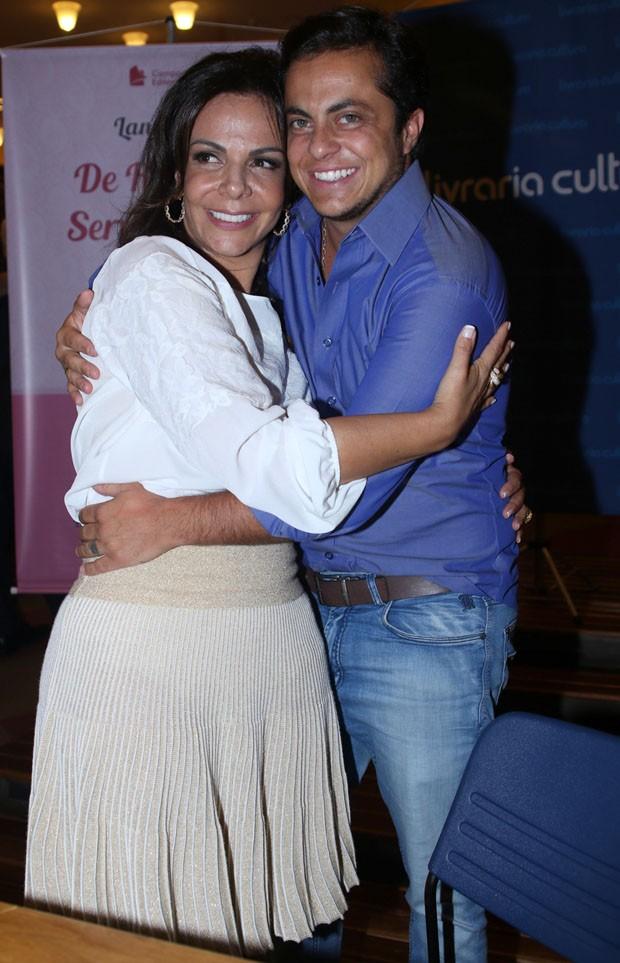 Thammy e Andressa Ferreira trocam beijos em lançamento de livro (Crédito: Reprodução)