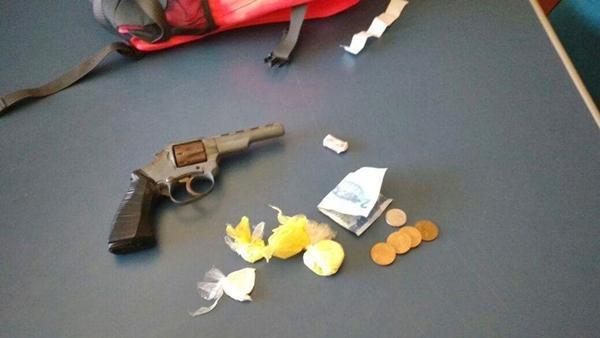 Arma a droga apreendida com o menor