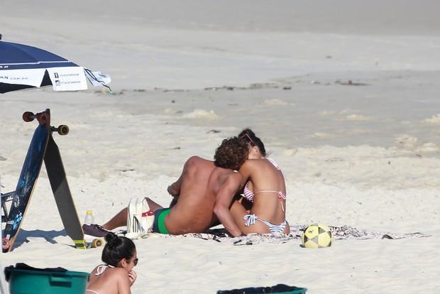 Aline Riscado curte praia com namorado (Crédito: Ag News)