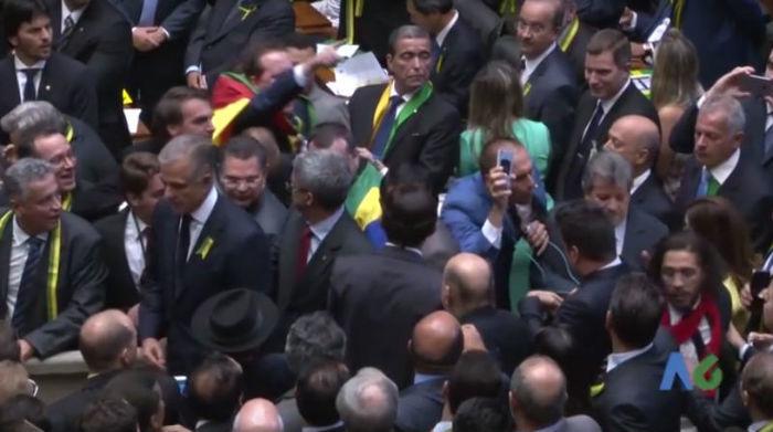 Filho de Bolsonaro cospe de volta em Jean Wyllys