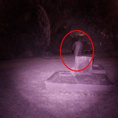 [Noites Alquímicas] Prólogo: O Purgo dos Caixões Camera-captura-imagem-de-fantasma-em-cemiterio-e-viraliza-8b77c9cb-0f97-4f7b-946c-a2592fa8f673