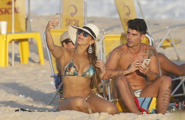 Vivi Araújo curte praia com noivo Radamés (Crédito: AgNews)