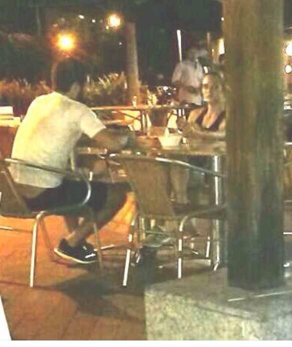 O casal foi flagrado em um jantar romântico (Crédito: Reprodução)