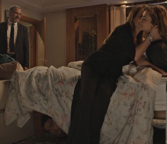 Lili beija sofia enquanto Jacaré se esconde embaixo da cama