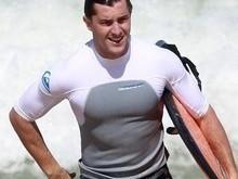 Klebber Toledo aproveita tempo ensolarado para pegar onda no Rio