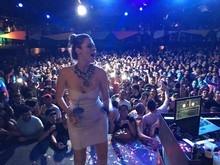 Ana Paula dança e sobe no palco com vestido curto em festa gay