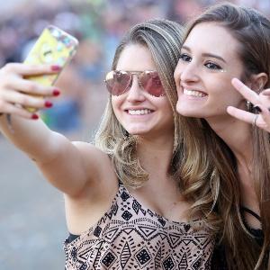 Público tira selfie em frente ao palco da Tomorrowland (Crédito: Divulgação)