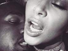 Kim Kardashian posta série de fotos calientes e choca seguidores