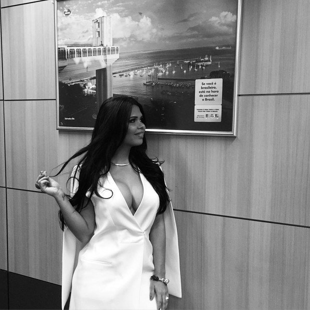 Milena Teixeira no gabinete do marido (Crédito: Divulgação)