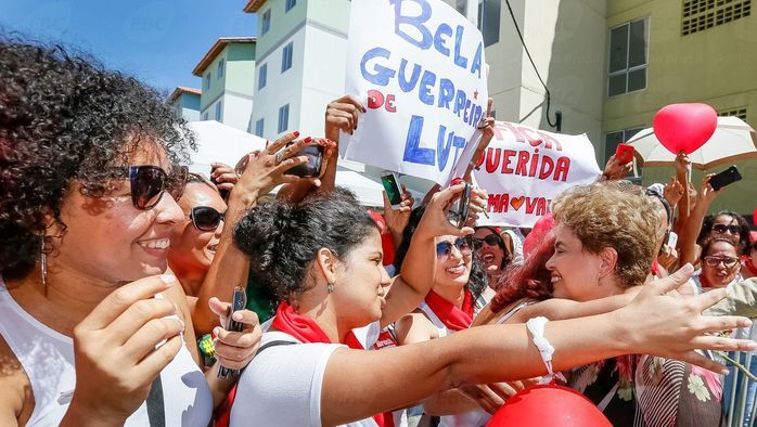 """Dilma é recebida com """"abraçaço""""  (Crédito: Agência Brasil )"""