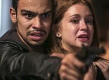Sofia engana Eliza e deixa a modelo na mira da arma de Jacaré