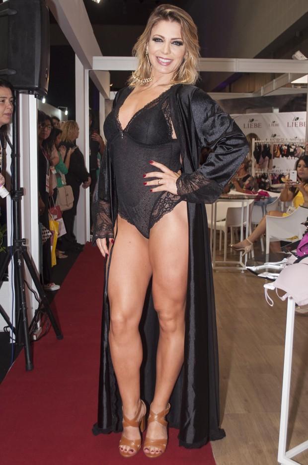 Sheila Mello desfila de lingerie, exibe corpão e surpreende (Crédito: Divulgação)
