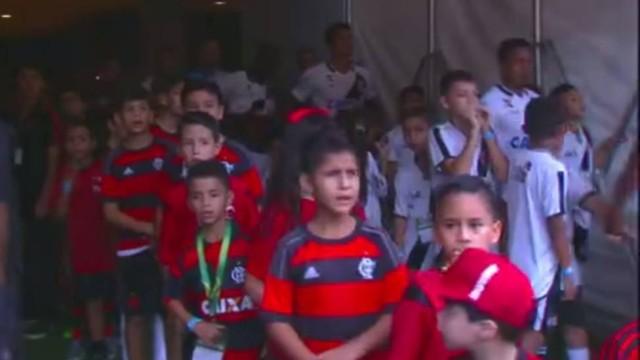 Crianças ficaram esperando jogadores (Crédito: Reprodução)