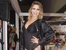 Sheila Mello desfila de lingerie, exibe corpão e surpreende