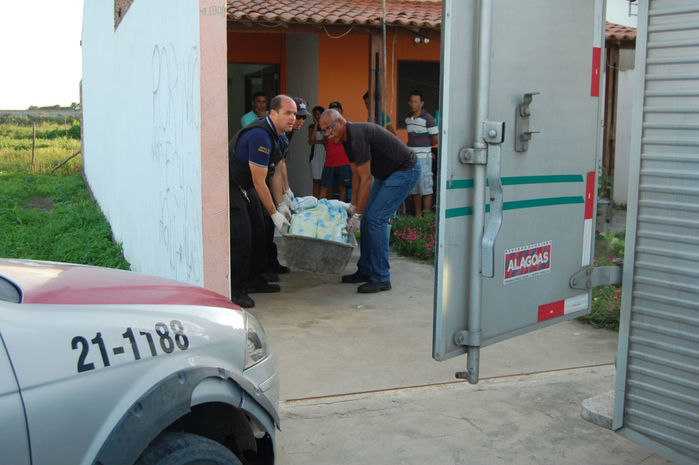 Peritos carregam o corpo da vítima Marta Emannuele Silva de Oliveira