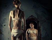 Mulher e suas inseguranças de frente ao espelho