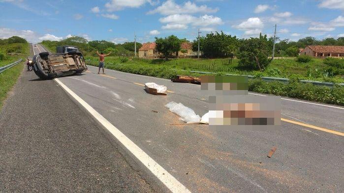 Carro de funerária capota e caixões são lançados em estrada (Crédito: Reprodução)