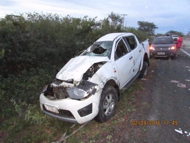 Veículo ficou destruído após capotamento (Crédito: Reprodução)
