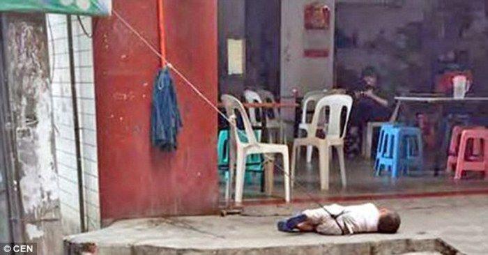 Avó amarra menino de dois anos a poste e revolta vizinhos (Crédito: Reprodução)