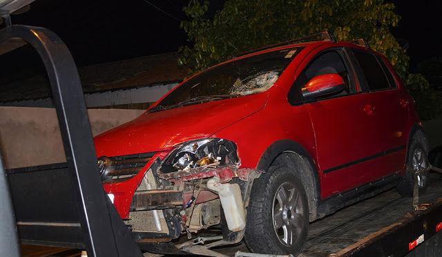 Veículo ficou a parte da frente parcialmente destruída